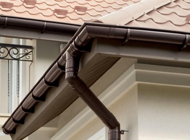Отвести воду от здания и не дать ей вступить в контакт с фасадными материалами