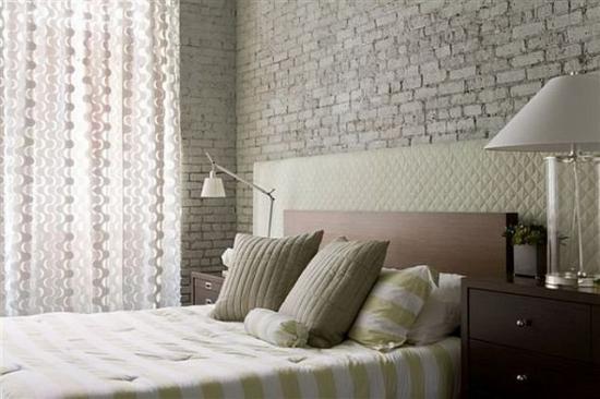 Белая стена из мелованного кирпича