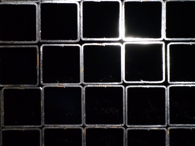 Металлический профиль квадратного сечения