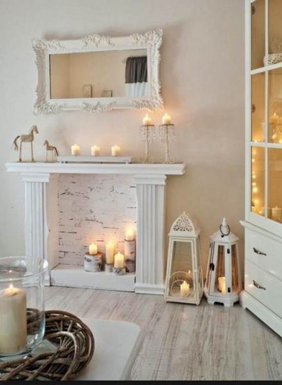 В качестве огня в камине можно использовать несколько свечей разных форм и размеров